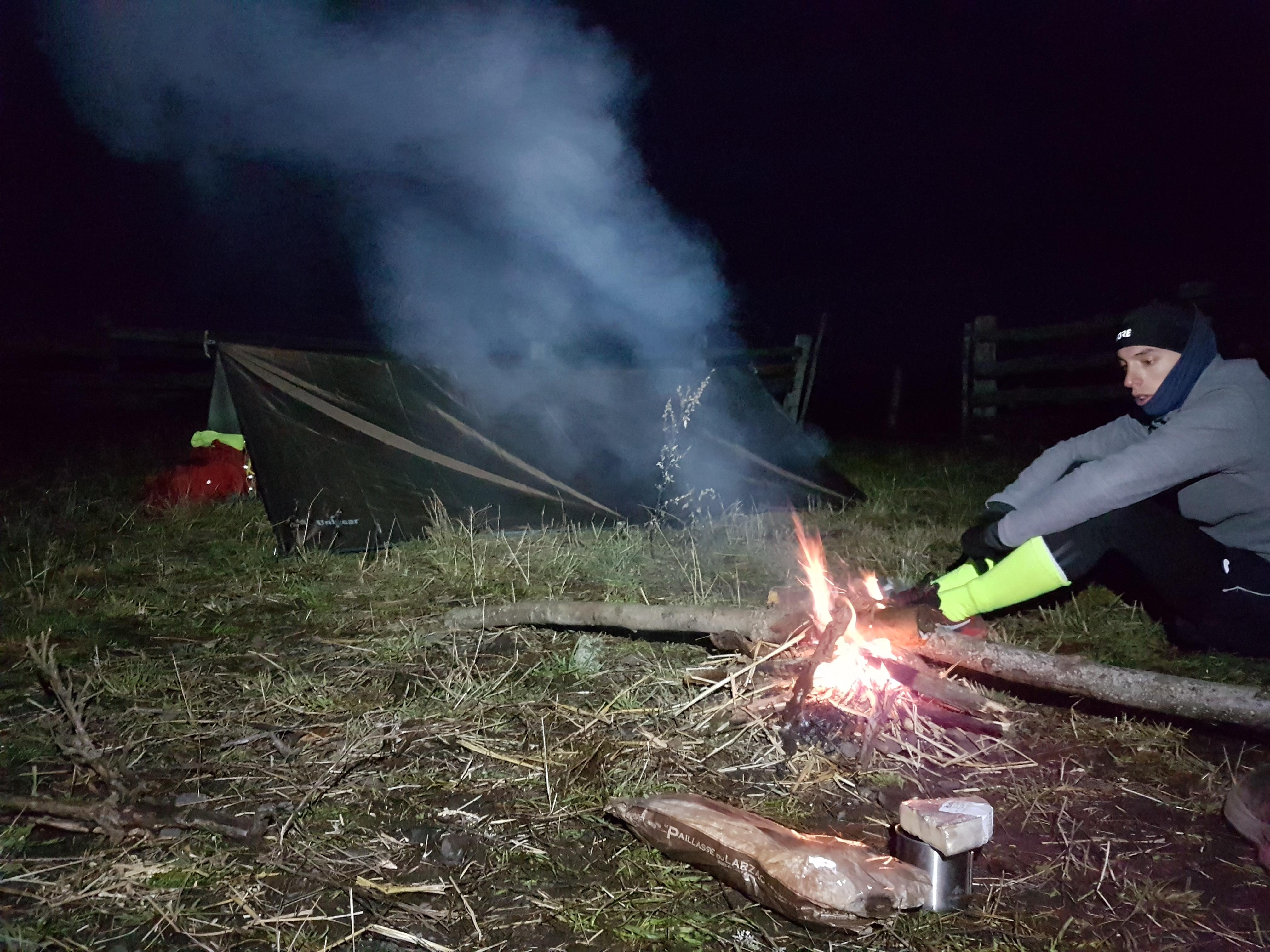 Campement monté et feu délimité pour notre repas du soir